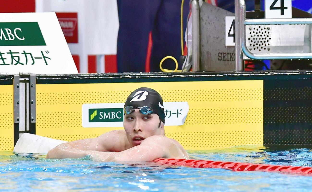 競泳男子400メートル個人メドレーの予選4組のレースを終え電光掲示板で記録を確認する萩野(撮影・小沢裕)