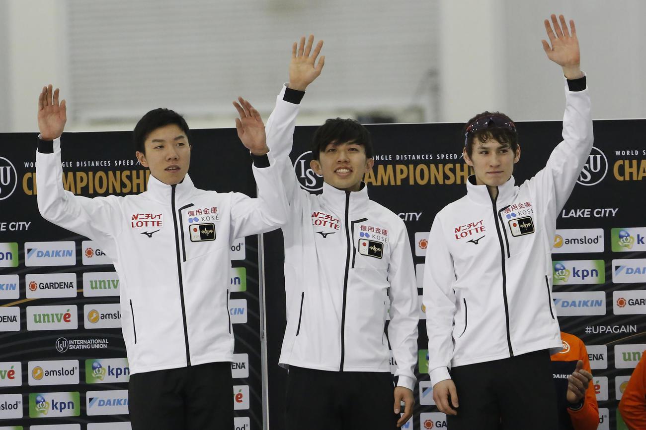 銀メダルを獲得した男子団体。左から土屋陸、一戸誠太郎、ウイリアムソン師円(AP)