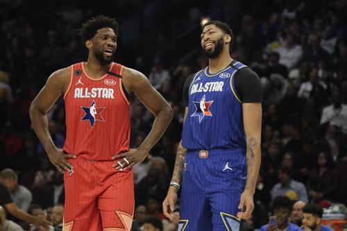 試合中に談笑するエンビード(左)とアンソニー・デイビズ(AP)