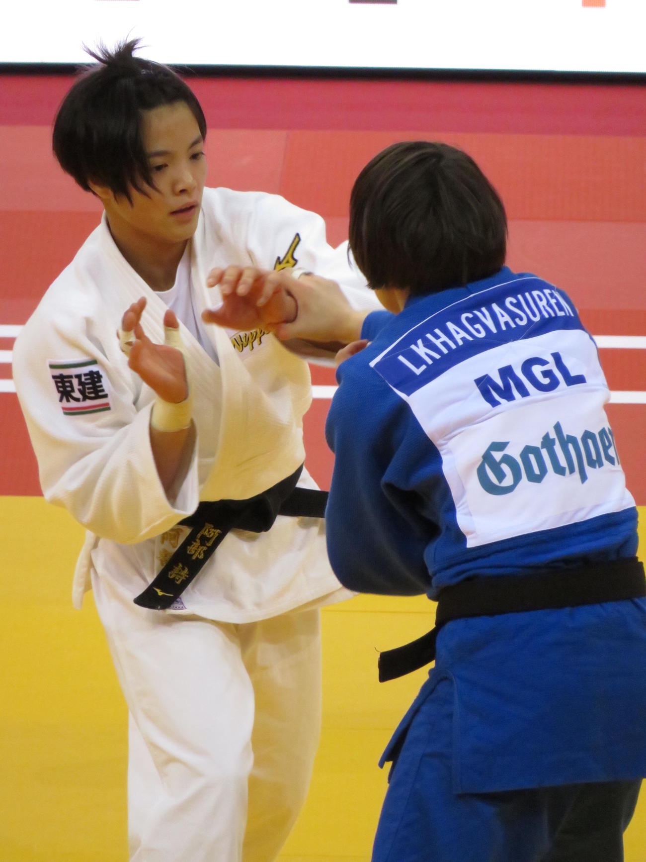 GSデュッセルドルフ大会準々決勝でモンゴル選手と対戦する阿部詩(撮影・峯岸佑樹)