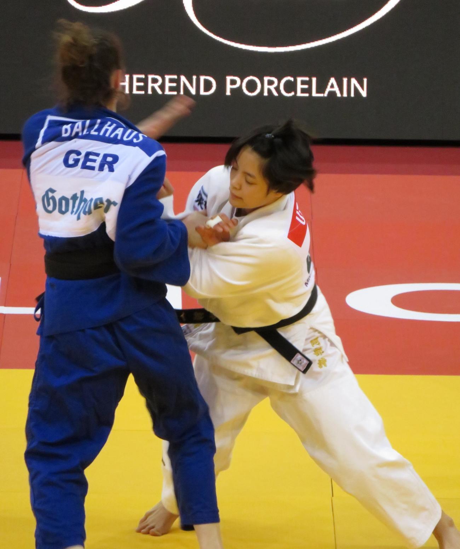 GSデュッセルドルフ大会2回戦でドイツ選手に攻撃する阿部詩(右)(撮影・峯岸佑樹)