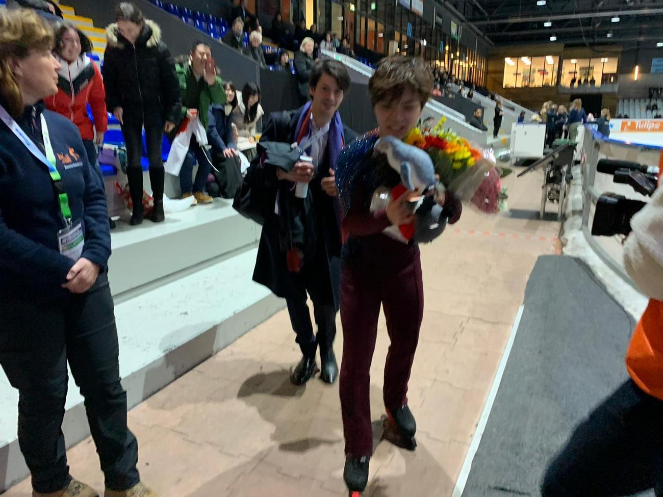 チャレンジ・カップの男子ショートプログラムを終えた宇野昌磨(右)とステファン・ランビエル・コーチ(右から2人目)(撮影・エリーヌ・スウェーブルス通信員)