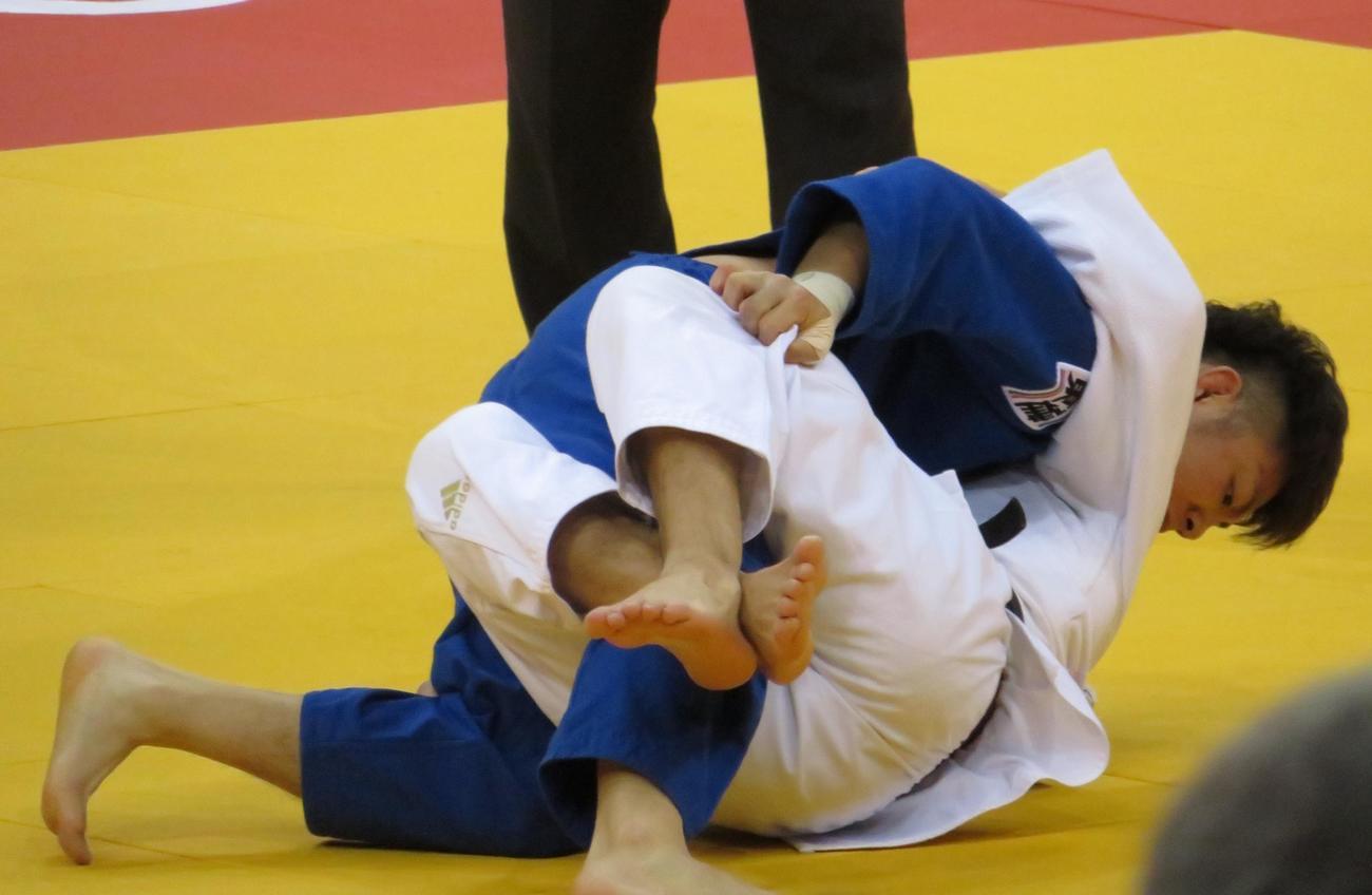 GSデュッセルドルフ大会決勝でジョージアの選手と対戦する阿部一二三(撮影・峯岸佑樹)
