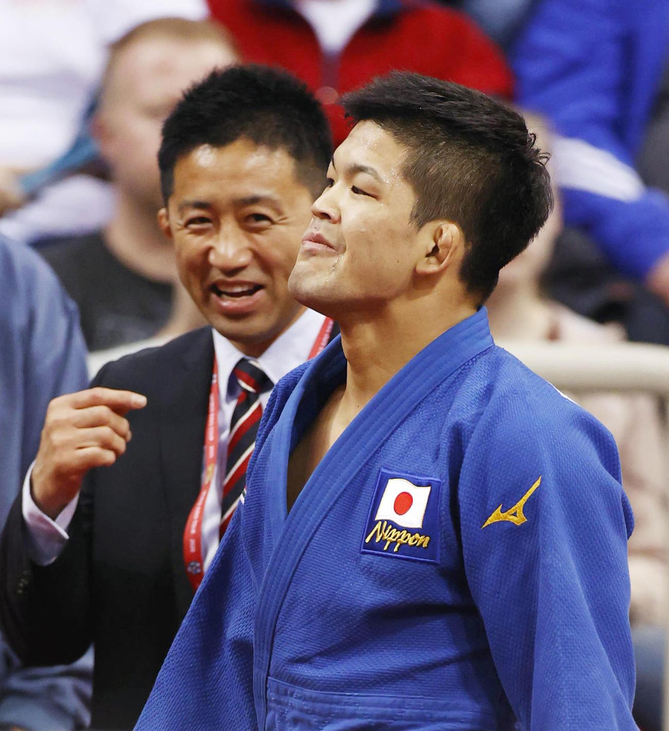 男子73キロ級で優勝し、引き揚げる大野将平。奥は金丸雄介コーチ(共同)