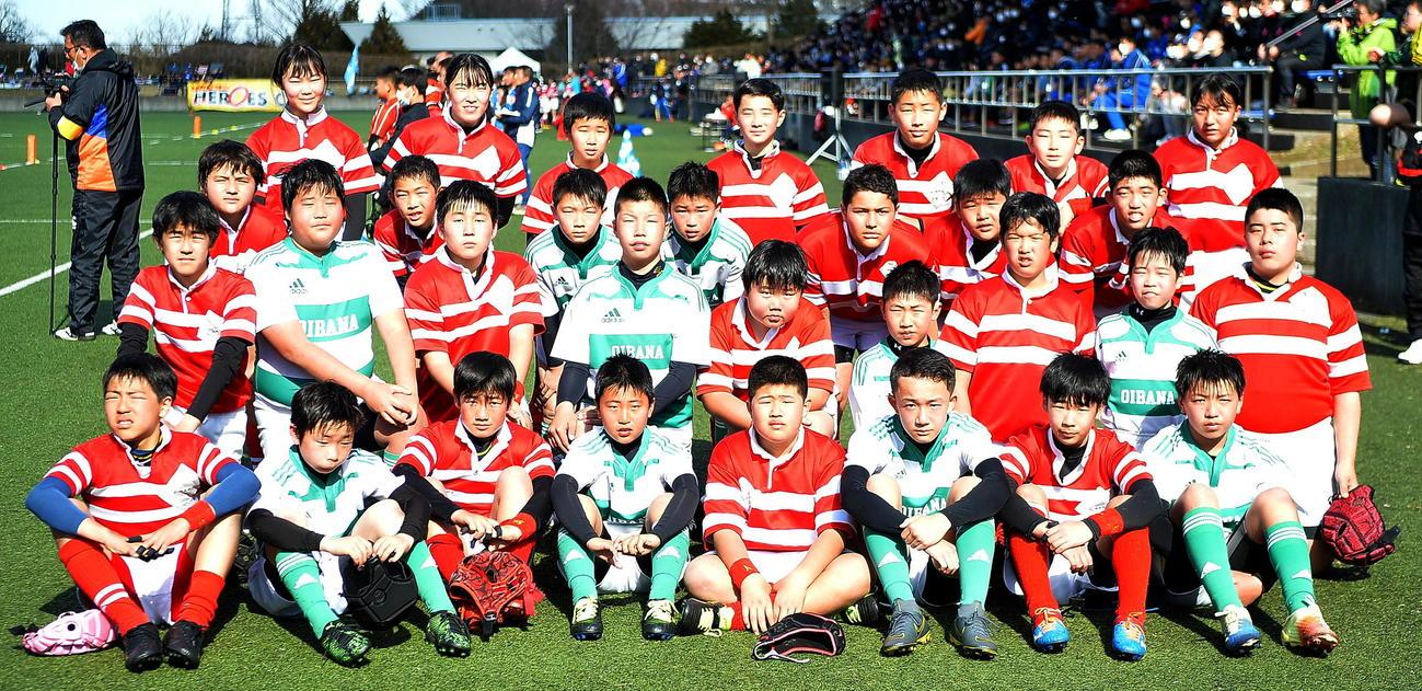 試合後、名古屋の選手と記念撮影する脇本おいばなの選手たち(撮影・鎌田直秀)