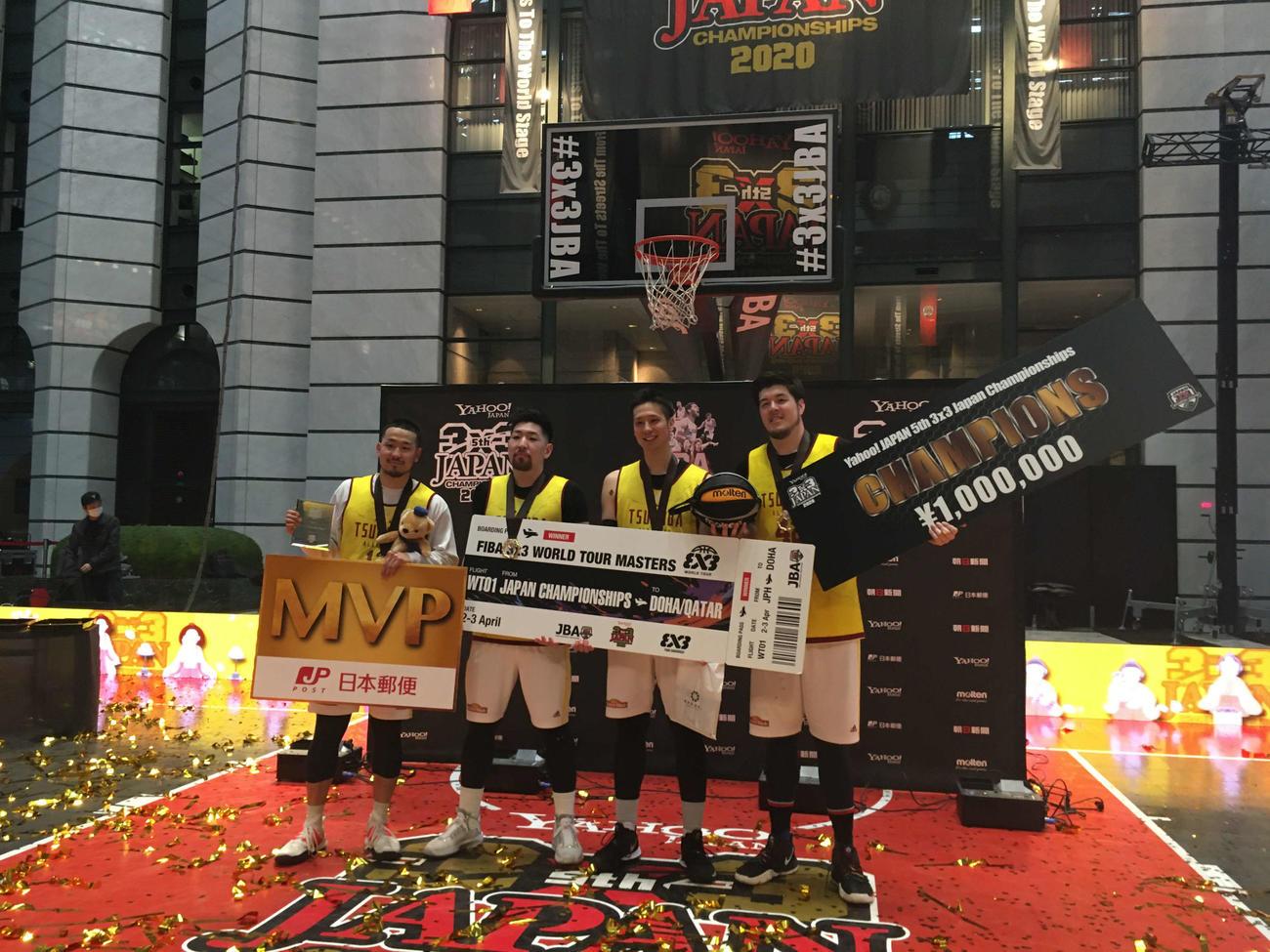 3人制バスケットボール日本選手権の男子で優勝したTEAM TSUKUBA(茨城)の4人。左端がMVP受賞の大友(撮影・奥岡幹浩)