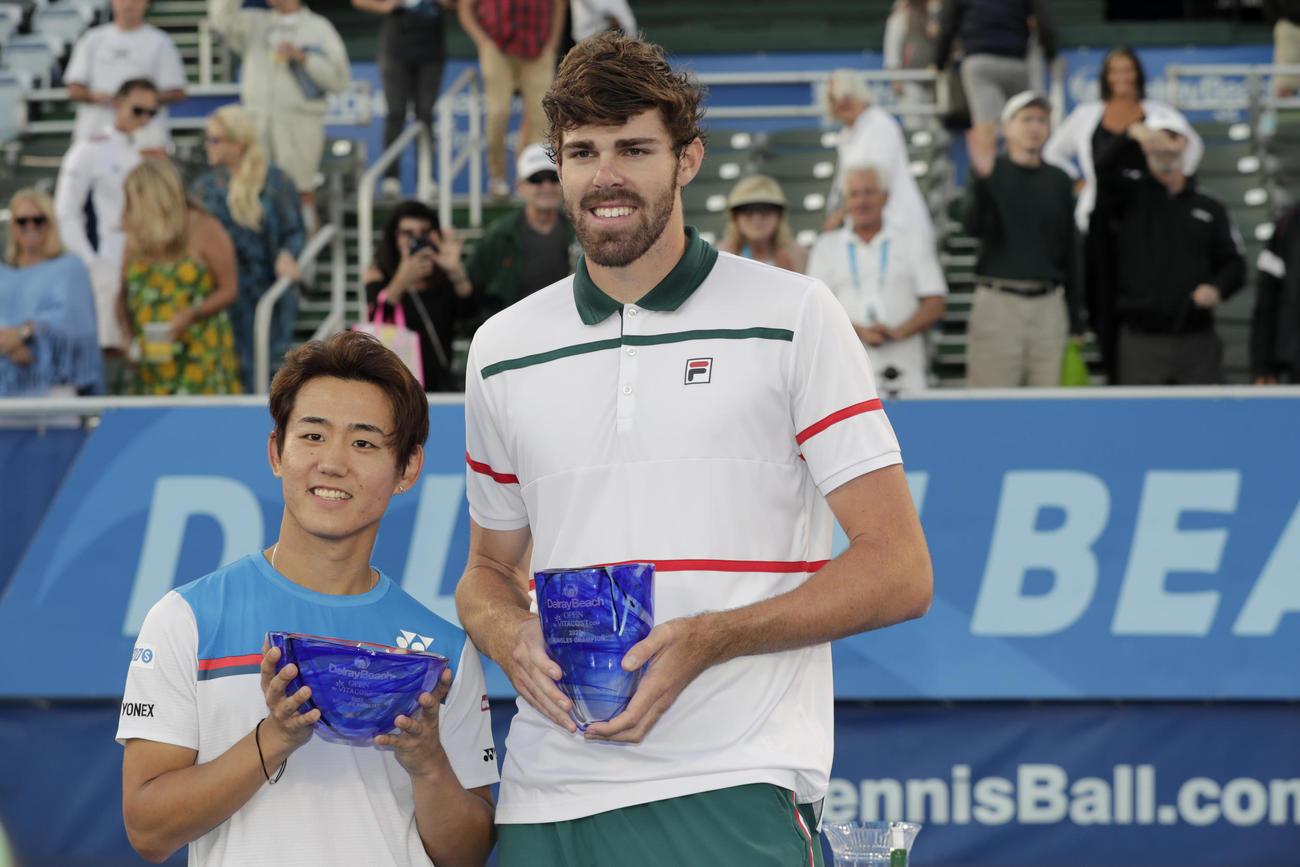 表彰式で優勝したオペルカ(右)と笑顔を見せる西岡(AP)