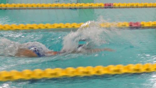 <3>両手を伸ばし水の抵抗が少ない姿勢をつくる