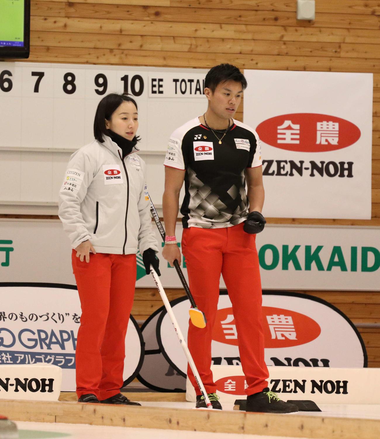 試合中、言葉を交わす藤沢(左)と山口(撮影・浅水友輝)