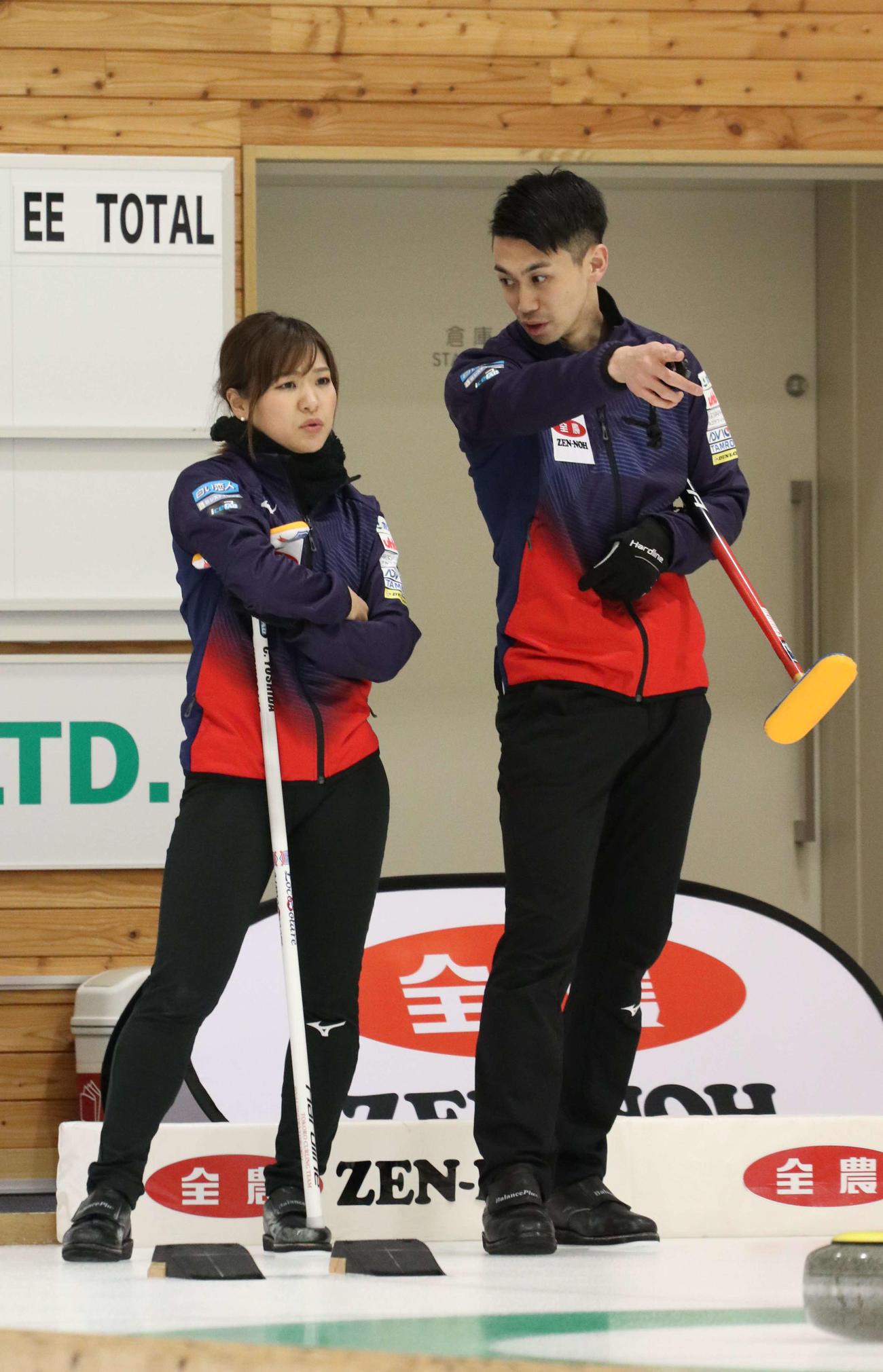 試合中に言葉を交わす吉田知(左)と清水(撮影・浅水友輝)