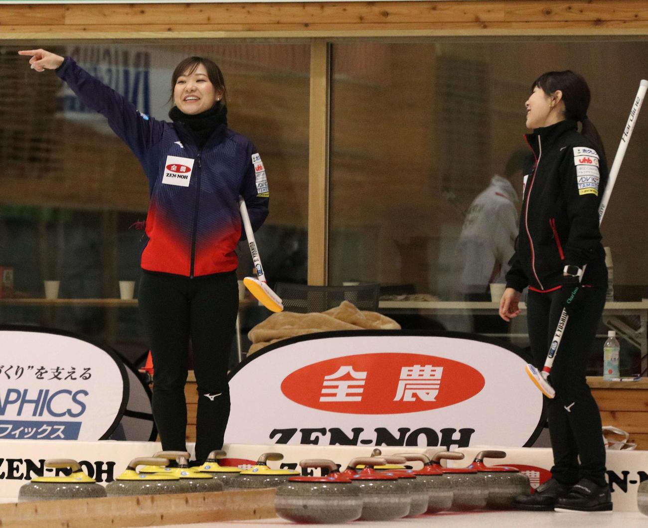 試合前に談笑する吉田姉妹。左が知那美、右が夕梨花(撮影・浅水友輝)