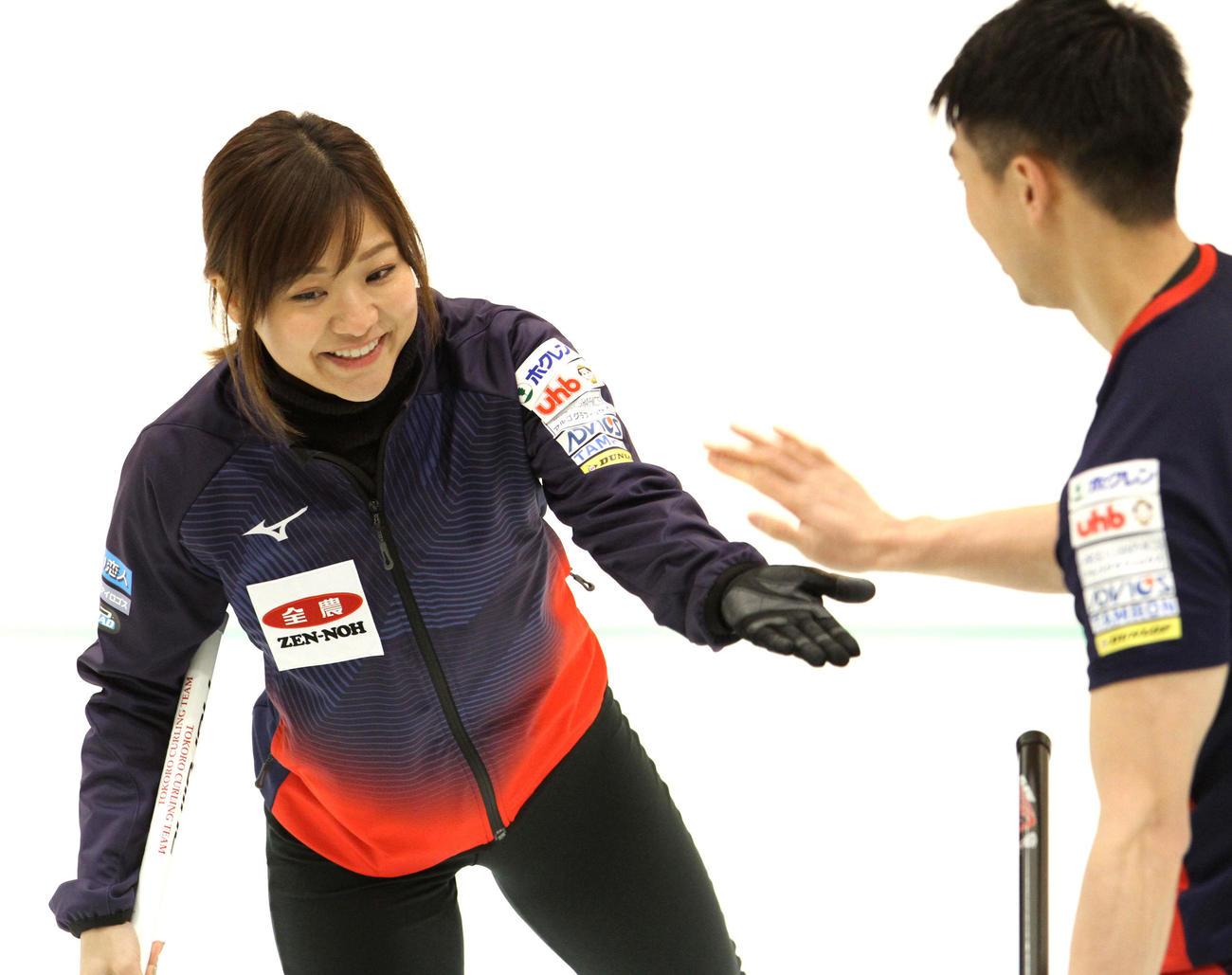 試合終了後、清水(右)とタッチをかわす吉田知(撮影・奥村晶治)