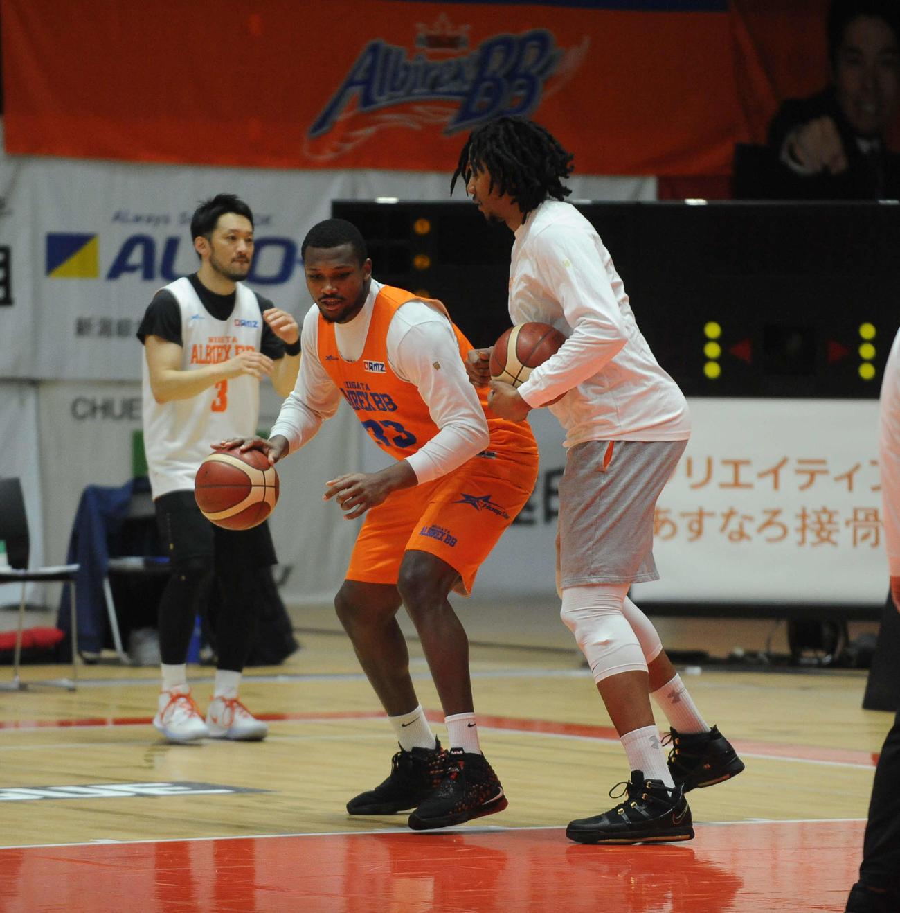 ギブソン(右)のアドバイスを受けながら、プレーを確認するパーキンズ(中央)(撮影・斎藤慎一郎)