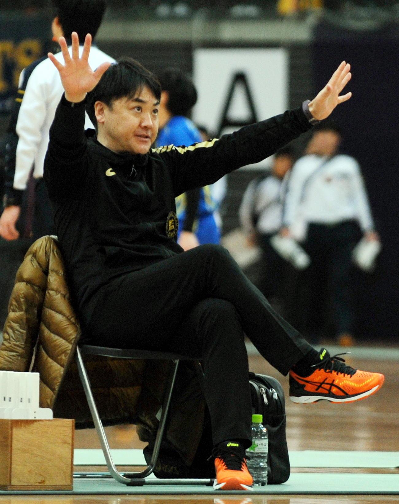 2月の東北高校新人バレーボール選手権で盛岡誠桜を指揮する伊藤監督(2020年2月8日撮影)