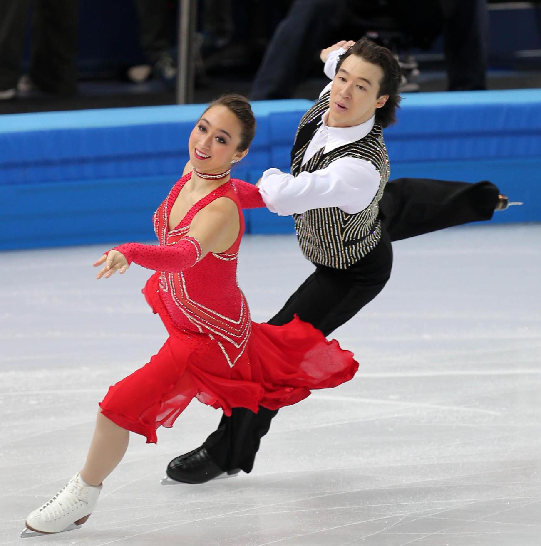 14年2月、ソチ五輪の団体アイスダンスSDでキャシー・リード(左)と演技をするクリス・リードさん