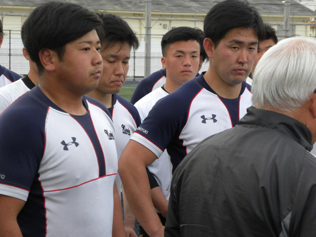 練習後に真剣な表情で話を聞く近大のプロップ森田博斗主将(左)(撮影・松本航)