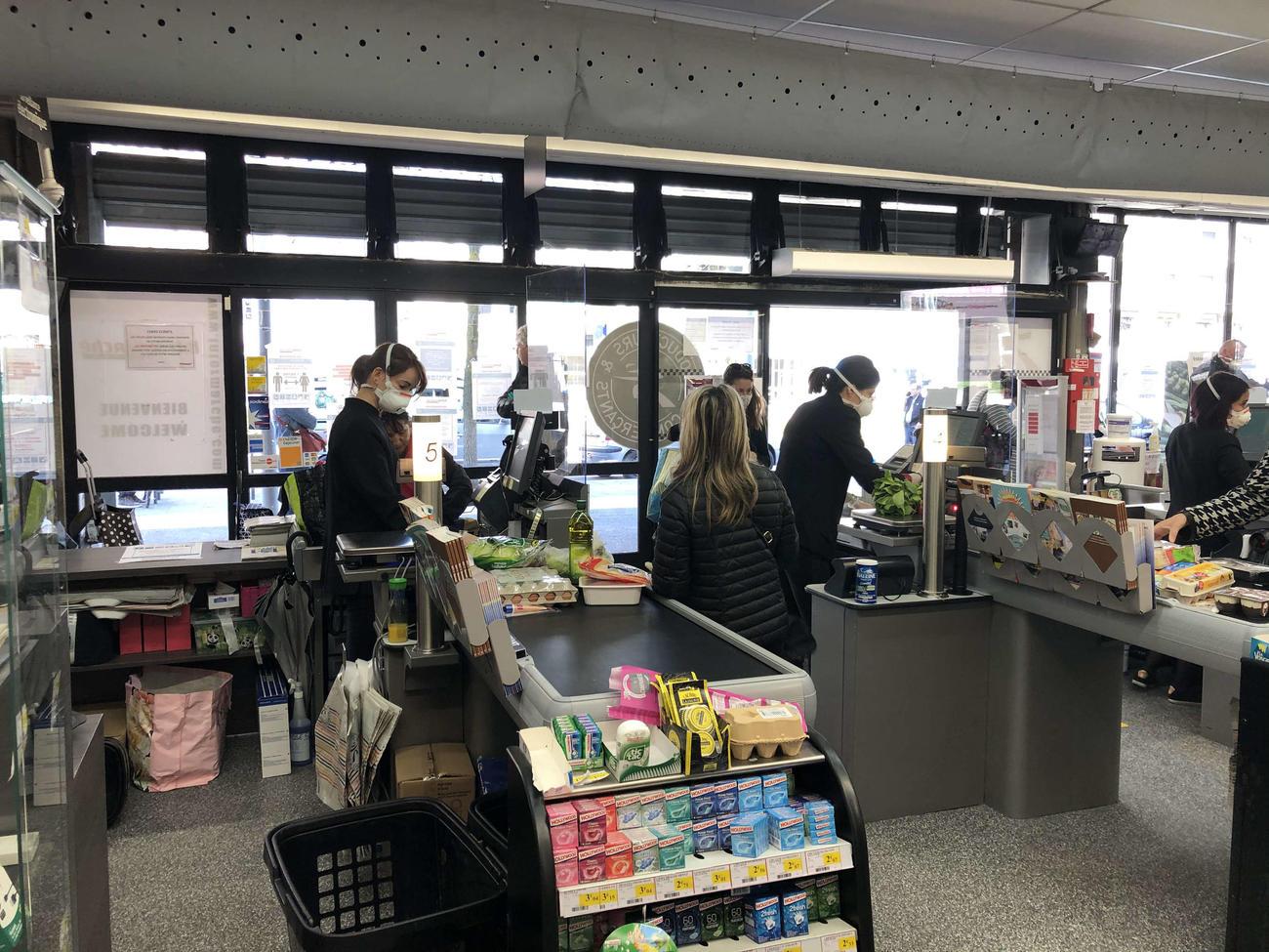 スーパーのレジ係の前はガラスで仕切られている