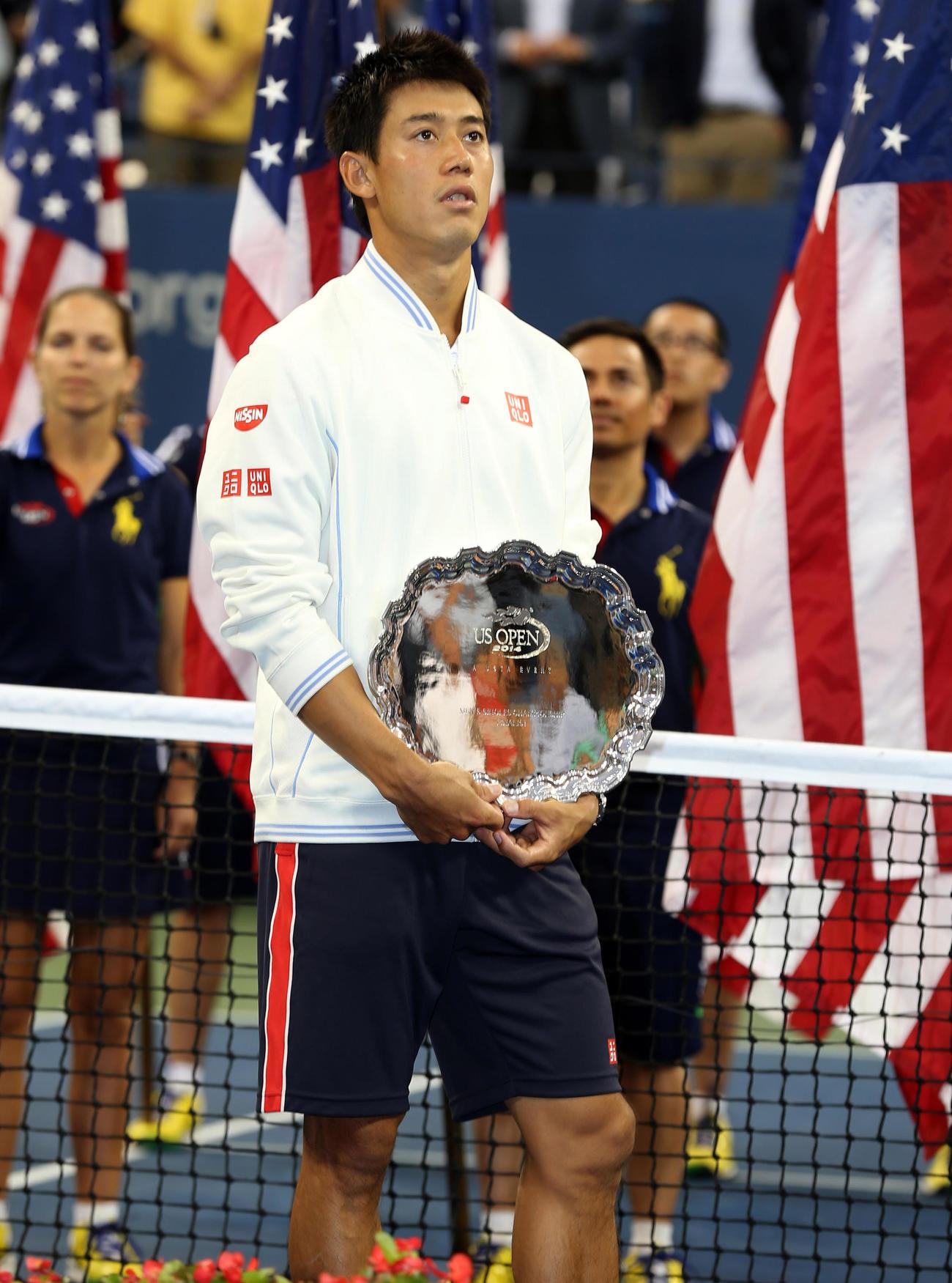 テニスの全米オープン男子シングルスで準優勝に終わり、悔しそうに立ち尽くす錦織圭(2014年9月8日)