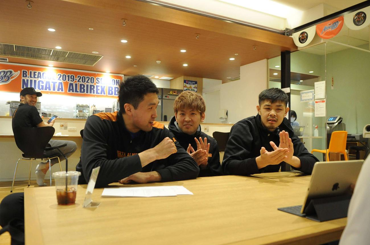 タニタカフェからの動画配信で生歌を披露する高橋(手前左)と盛り上げる上江田(中央)と鵜沢(右)。左奥は偶然居合わせた柏木