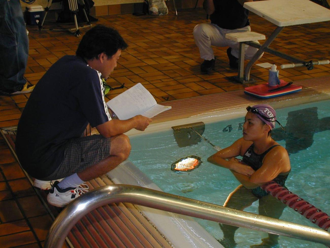 藤森善弘コーチ(左)のアドバイスに耳を傾ける田島寧子(2000年撮影)