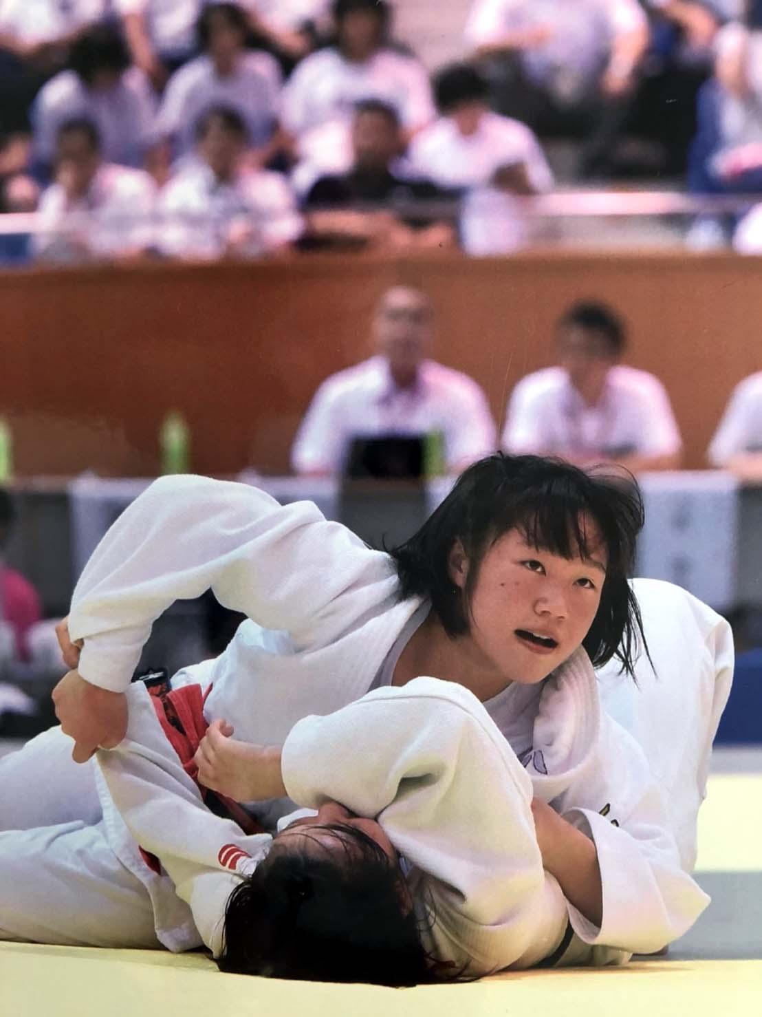 昨年の全国中学柔道女子63キロ級で3位に入った渡辺(上)(本人提供)