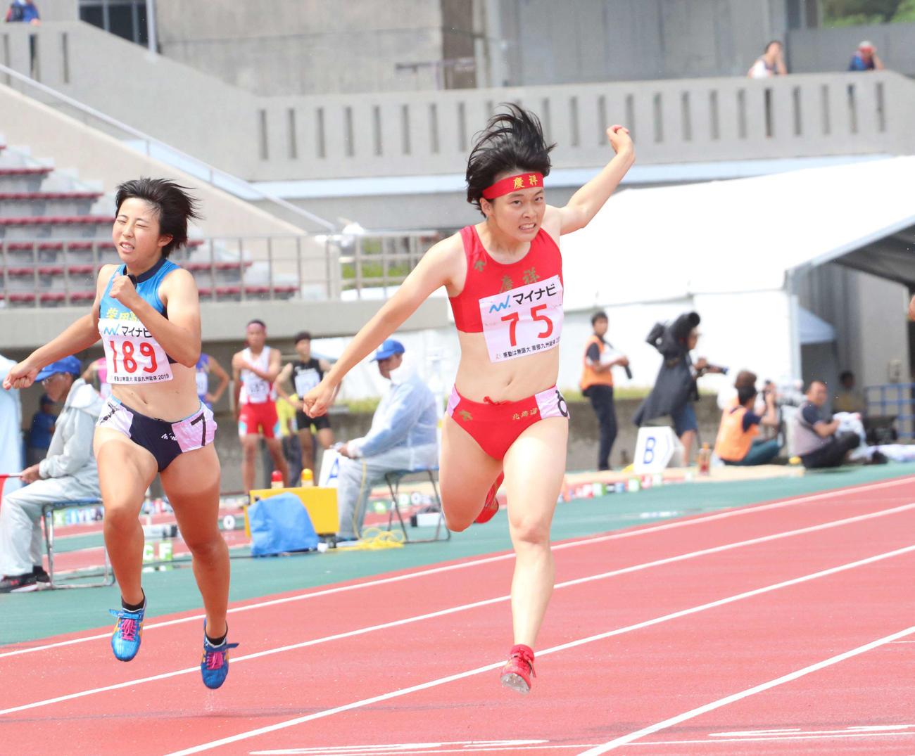 昨年の高校総体陸上女子200メートル決勝を制した立命館慶祥・石堂(右)