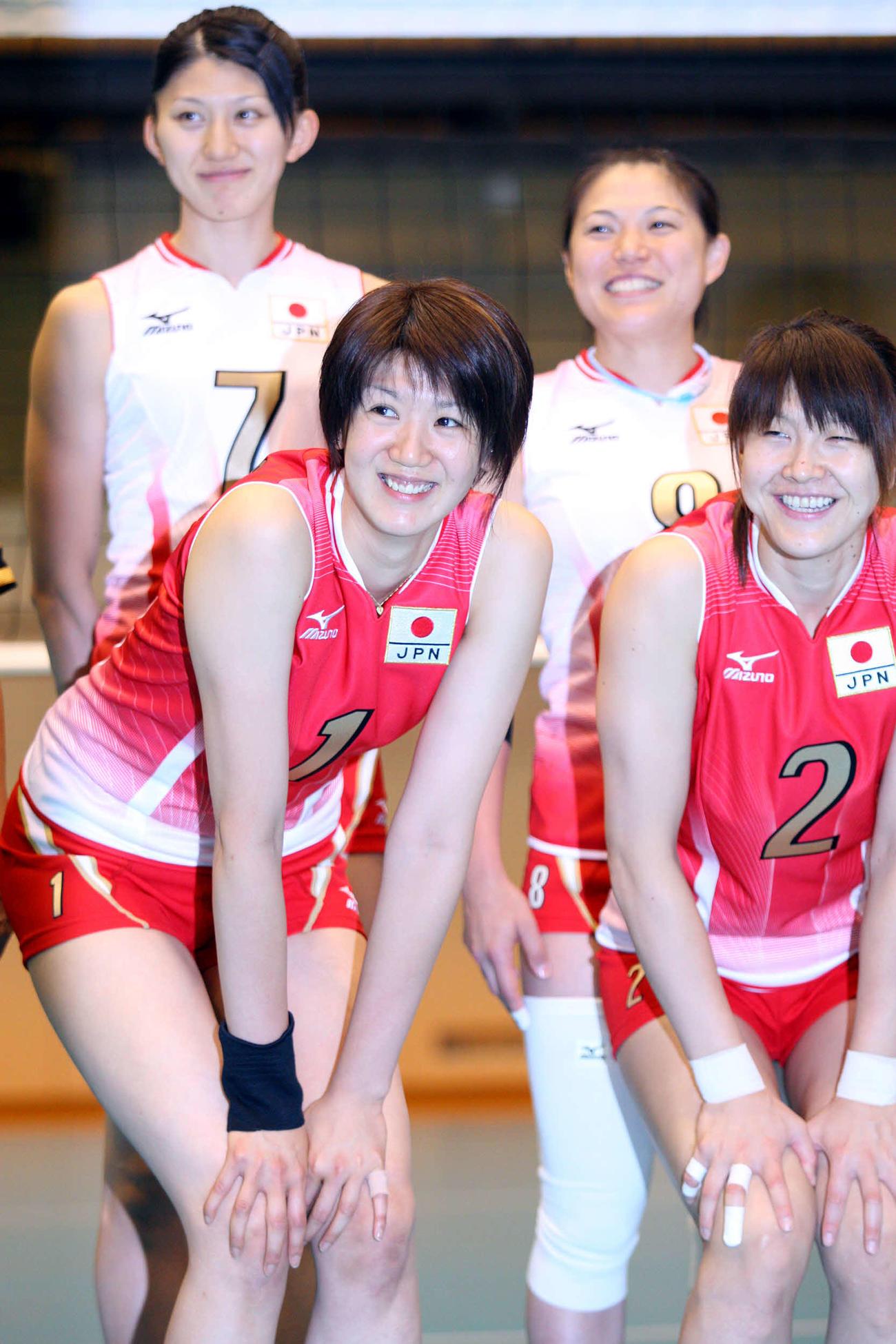 女子日本代表のユニホームを着て笑顔を見せる栗原恵さん(左)と多治見麻子さん。後列は杉山祥子さん(左)と桜井由香さん(2008年7月18日撮影)