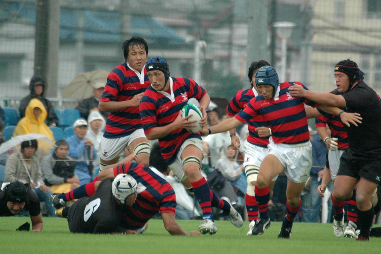 08年10月、天理大とのリーグ戦で突破する京産大時代の中井さん(中央)(京産大ラグビー部提供)
