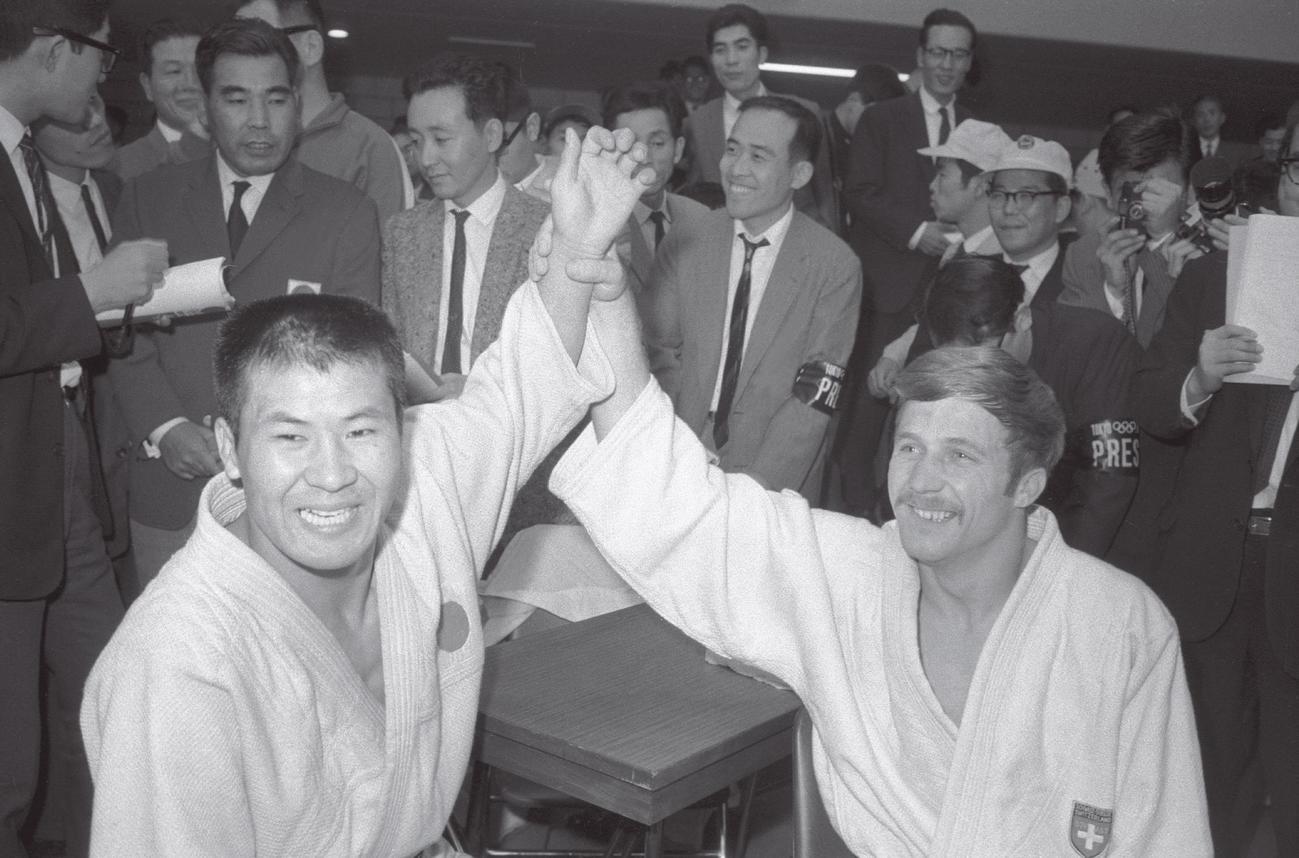 64年10月20日、金メダルを獲得した中谷雄英(左)と銀メダルのエンニ