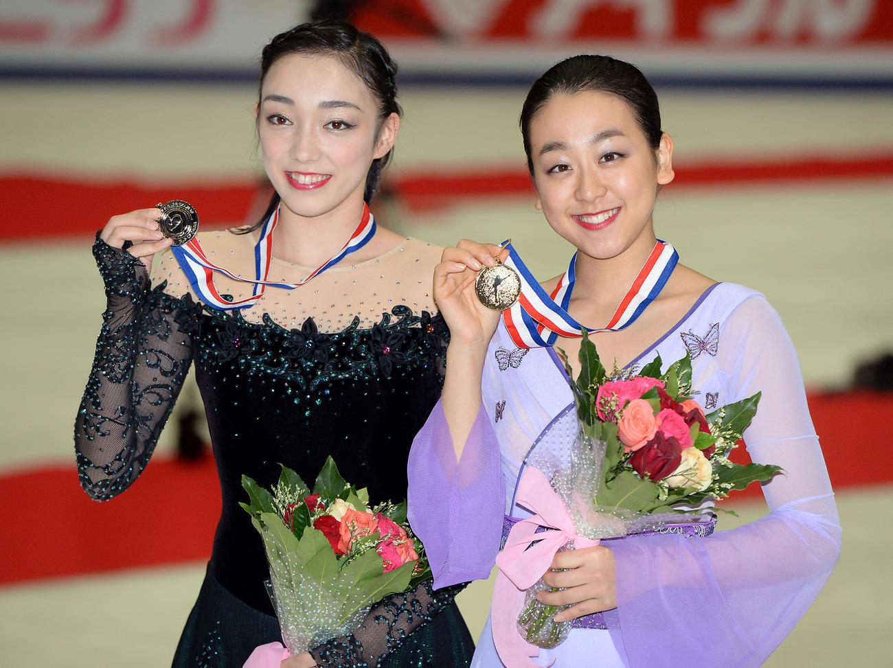 15年中国杯を制した浅田真央(右)は2位の本郷理華と一緒に笑顔を見せる(2015年11月7日撮影)