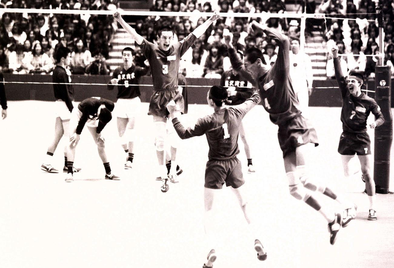 87年3月25日、全国高校選抜決勝で藤沢商を下し優勝を決めた東海大四の選手たち