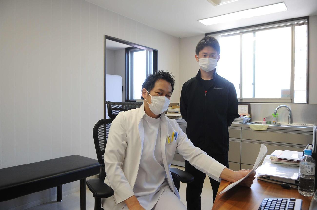 「Happy Restart Project」を立ち上げた近院長(左)と理学療法士の加藤さん