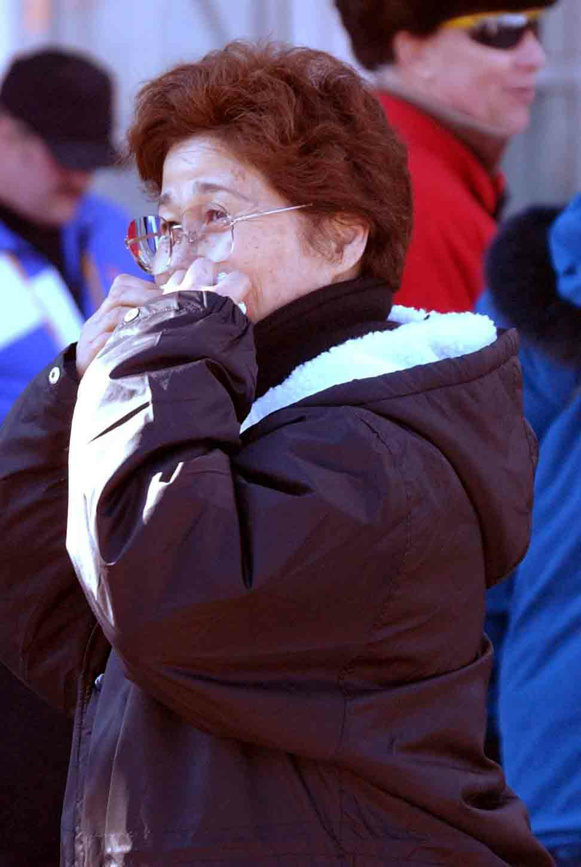 観戦に訪れた清水宏保の母津江子さん(2002年2月13日撮影)