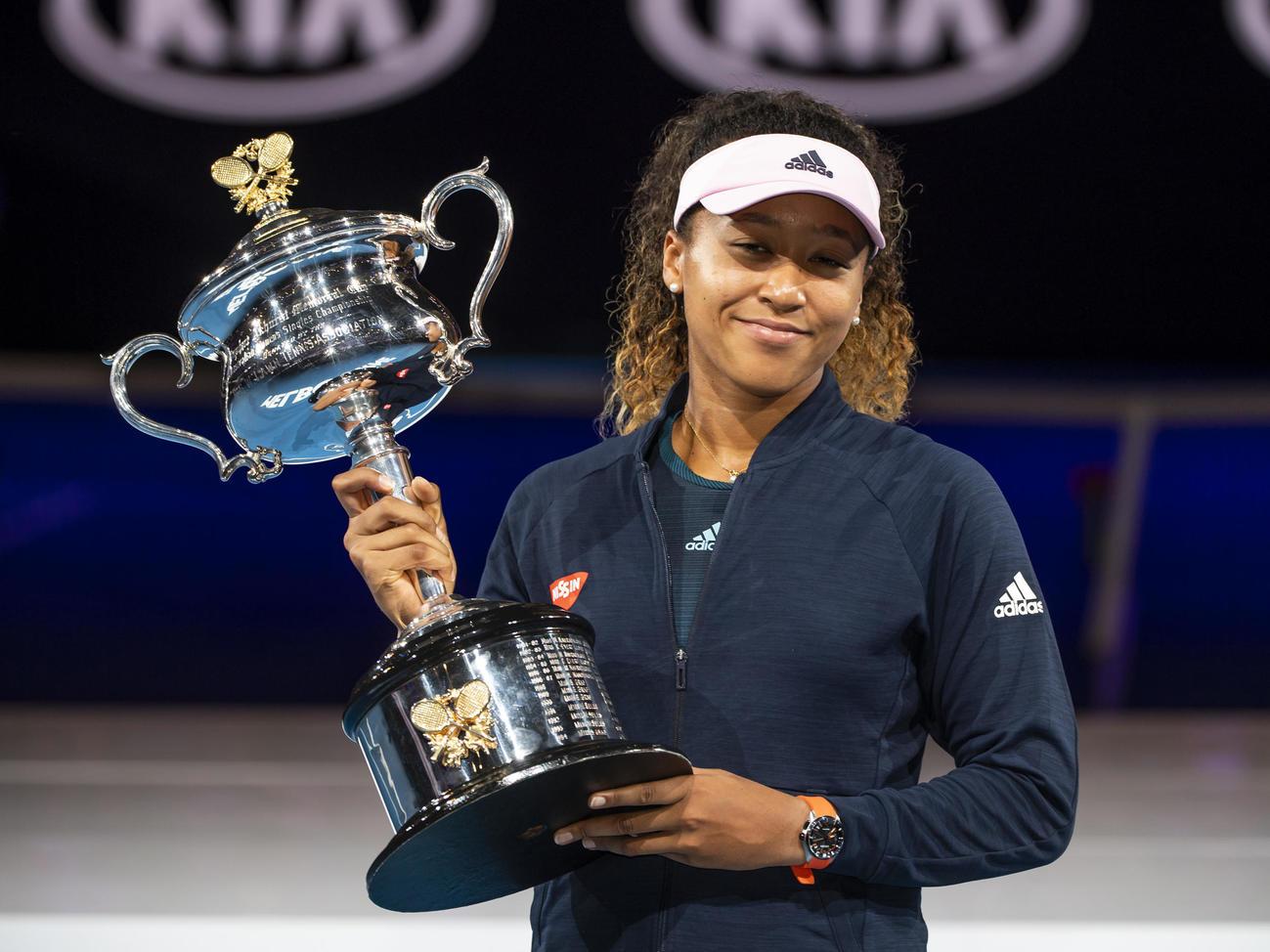 19年1月、全豪オープン女子シングルスで優勝し、トロフィーを手にする大坂
