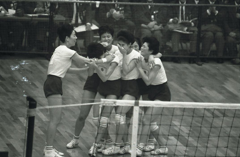 64年10月、東京五輪女子バレーボール決勝 日本対ソ連 東洋の魔女たちは激闘の末にソ連を下し金メダルを勝ち取った