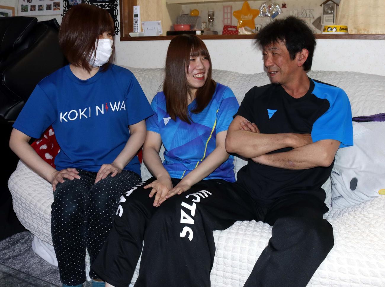苫小牧市内の自宅で談笑する左から丹羽孝希の母美加さん、姉美里さん、父孝司さん(撮影・永野高輔)