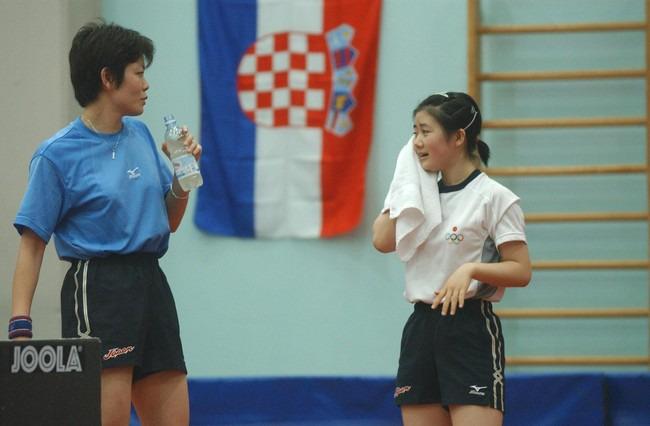 04年8月、アテネ五輪の直前合宿地イタリアでの練習中に話す梅村(左)と福原