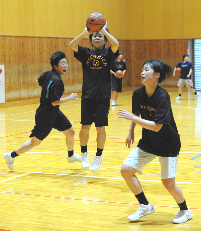 久々に体育館での練習を行った浜松開誠館女子バスケットボール部