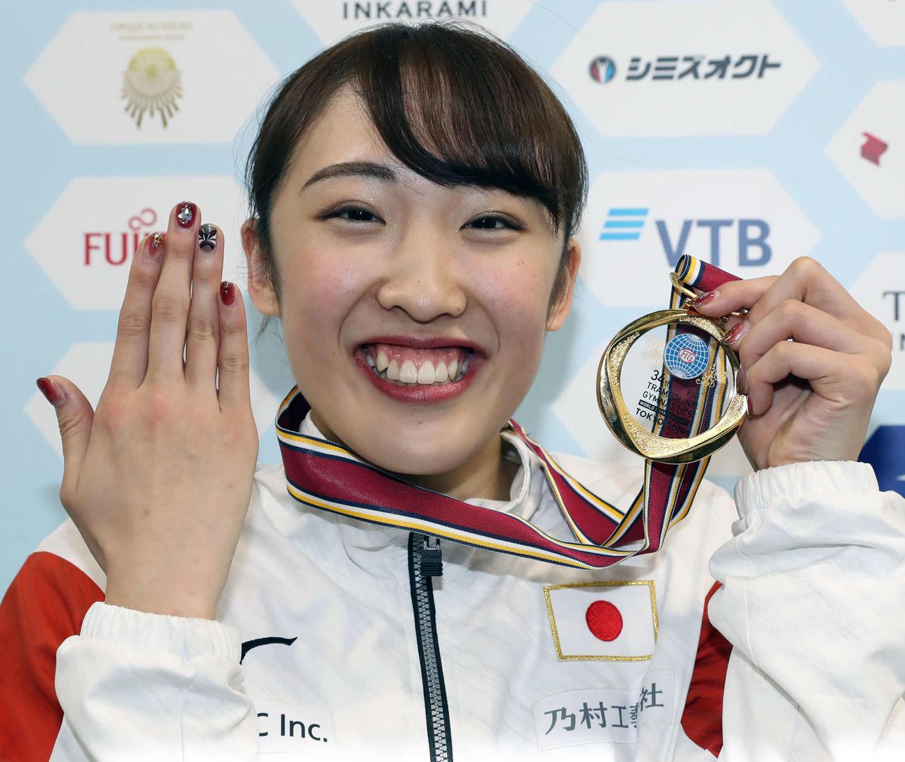 トランポリン世界選手権の女子個人決勝で優勝した森ひかるは金メダルを手にネイルを披露(2019年12月1日撮影)