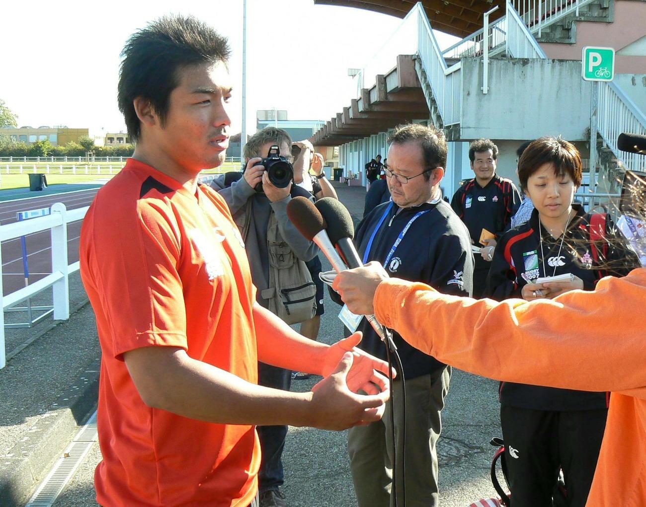 ラグビーW杯フランス大会・日本代表練習 インタビューに答えるオーストラリア戦のゲーム主将、フランカー佐々木隆道(2007年9月7日撮影)