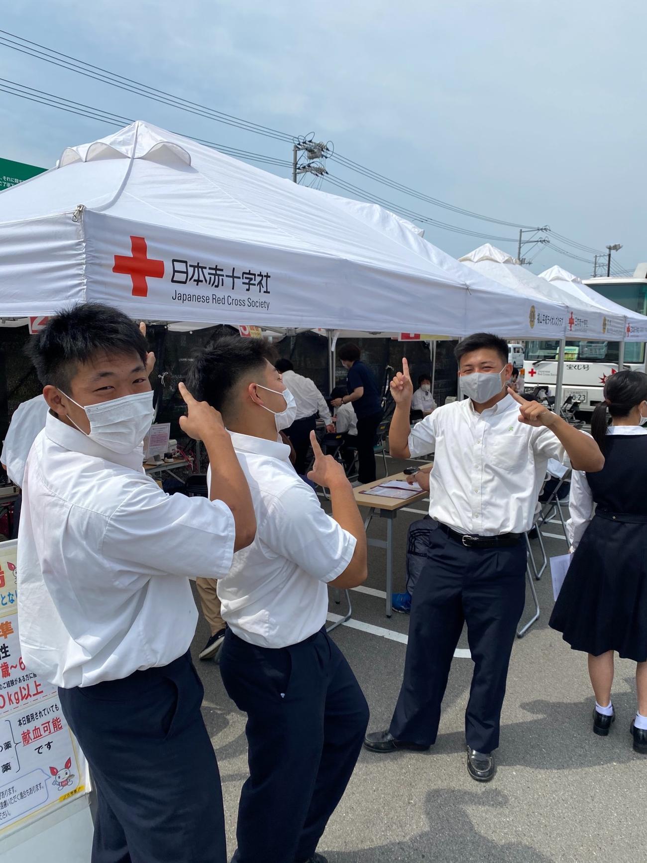 献血を呼びかける尾道のラグビー部員たち(尾道ラグビー部提供)