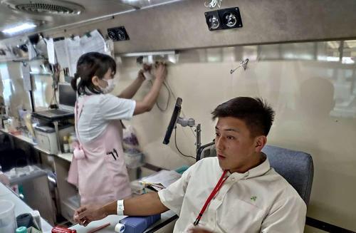 自ら献血を行う尾道フランカーの森元一気主将(尾道ラグビー部提供)