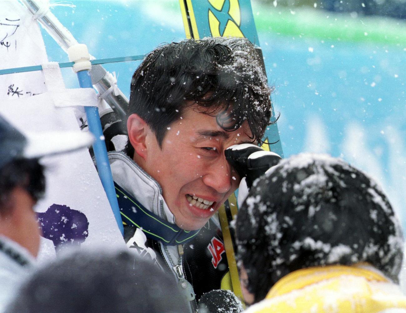長野五輪ジャンプ団体で金メダルを獲得しインタビュー中に涙を流す日本の原田雅彦(1998年2月17日撮影)