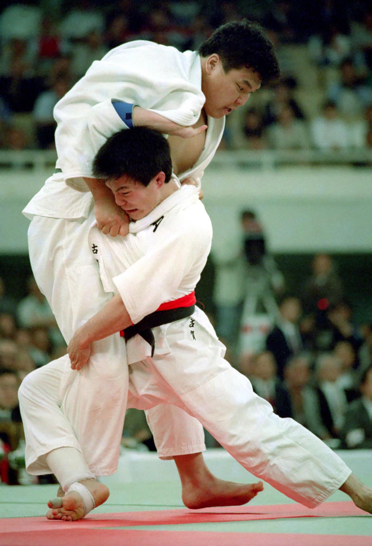 90年4月、全日本選手権の決勝で小川直也(左)と対戦する古賀稔彦