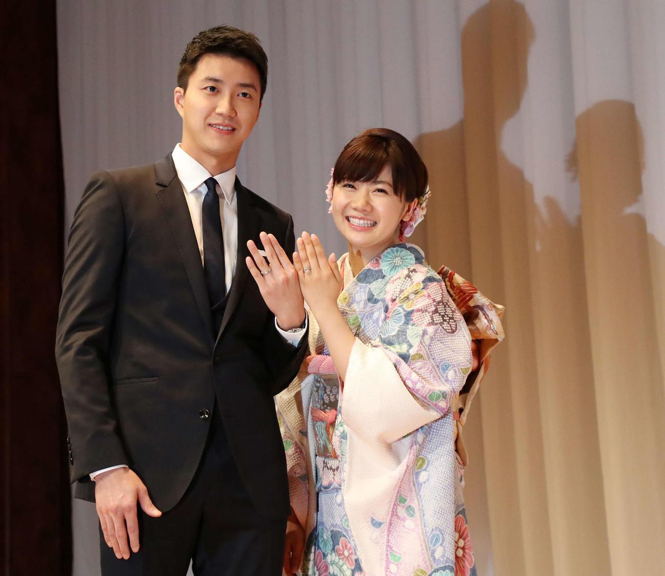 結婚会見を行い江宏傑(左)と手を合わせ記念撮影する福原(2016年9月21日撮影)