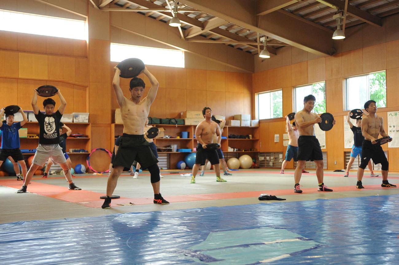 全員でウエートトレーニングをする八海レスリング部のメンバー