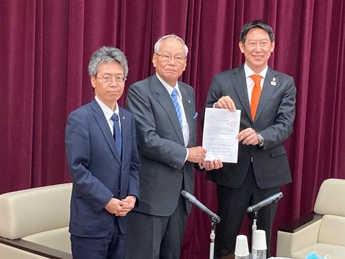 """Photo of Proposal book from the Japan Medical Association, """"Collaboration"""", Secretary of Sports Agency Suzuki"""