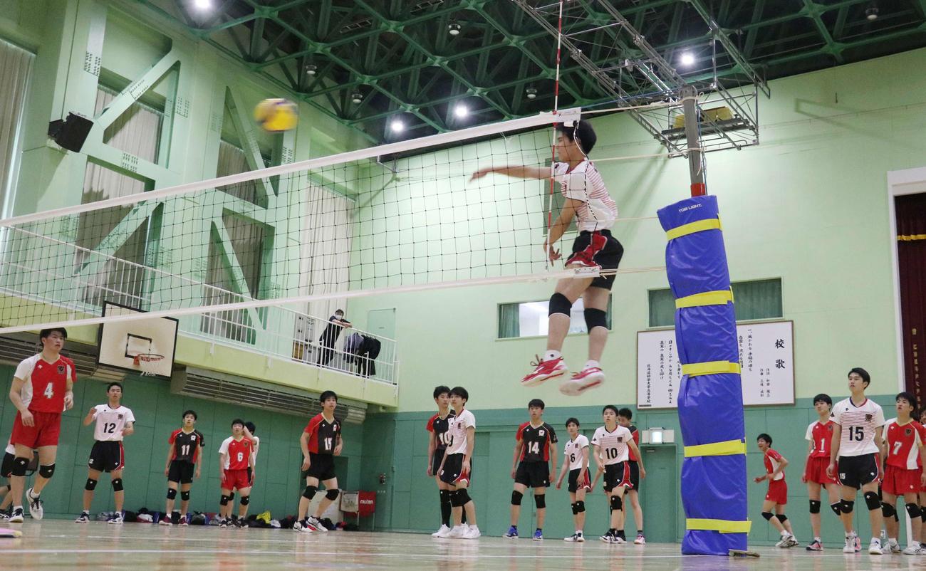 2カ月ぶりに練習を再開した北海道科学大高男子バレーボール部の選手たち(撮影・浅水友輝)