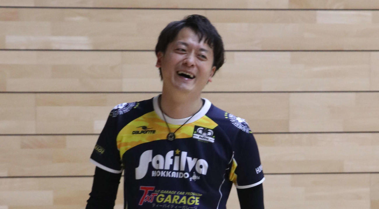 久々の練習で笑顔を見せるサフィルヴァ北海道の青島主将(撮影・浅水友輝)