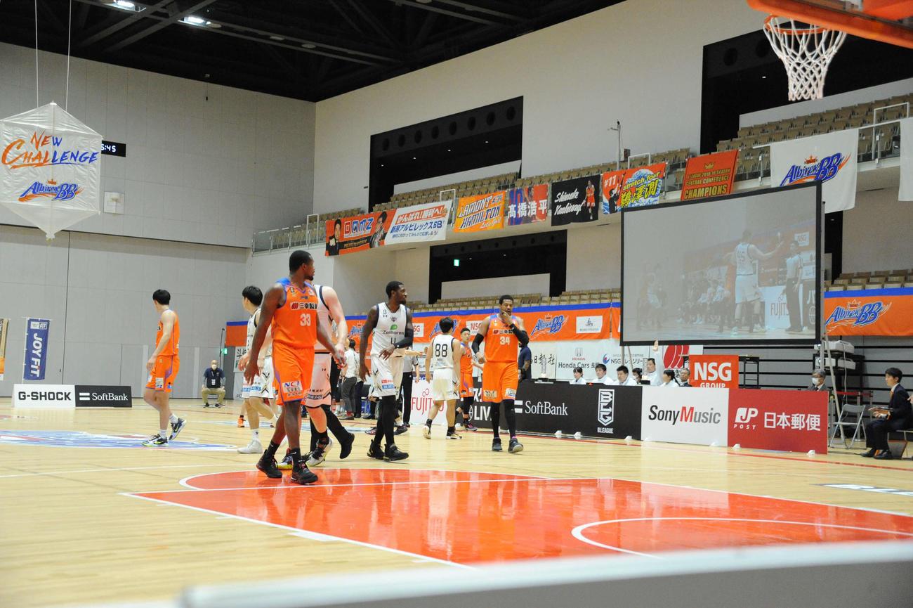 男子バスケットボールBリーグ1部(B1) 新潟対琉球 無観客で試合をする新潟と琉球の選手(2020年3月14日撮影)